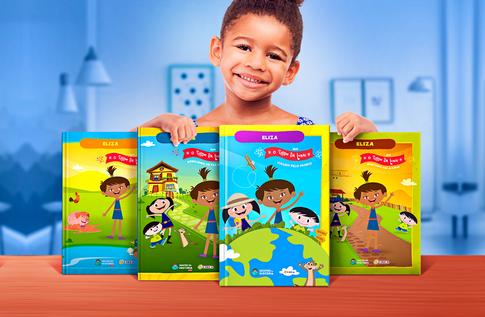 Foto de uma criança com sua coleção Brincando com O Show da Luna! - O Show da Luna! da Editora Dentro da História