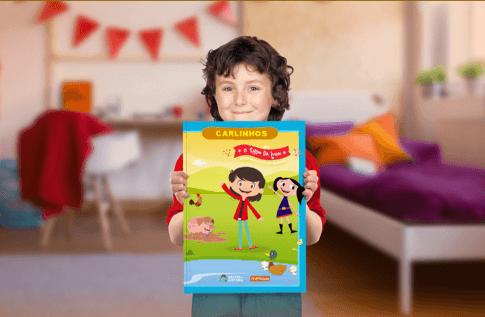 Foto de uma criança com sua coleção Brincando com O Show da Luna! da Editora Dentro da História