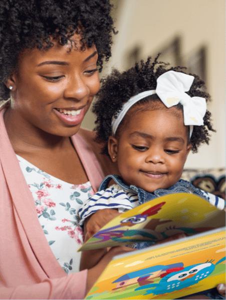 Imagem de um bebê e sua mãe que já são fans dos livros personalizados da Dentro da Hístória